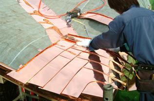 銅板葺きの作業