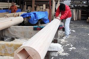 宮大工の作業の一つ、柱を丸く仕上げる2