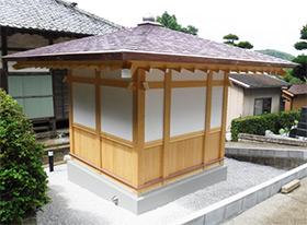 薬師堂への雨水侵入を避けるためブロックを設置