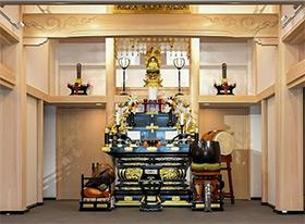 御本尊須弥壇と国産ヒノキをふんだんに使用した内装